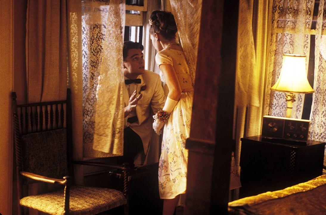 Um Brenda (Amy Adams, r.) und ihre Eltern zu beeindrucken, steigt Frank Abagnale (Leonardo DiCaprio, l.) ins Gesundheitswesen ein ... - Bildquelle: TM &   2003 DreamWorks LLC. All Rights Reserved