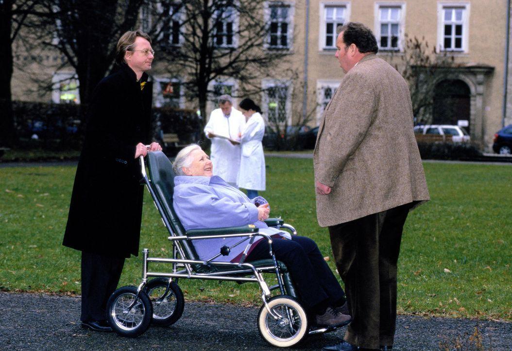 Auch Resi (Ruth Drexel, M.) bricht nach dem Konsum eines Softdrinks zusammen. Als Benno (Ottfried Fischer, r.) sie im Krankenhaus aufsucht, hat sie... - Bildquelle: Magdalena Mate Sat.1