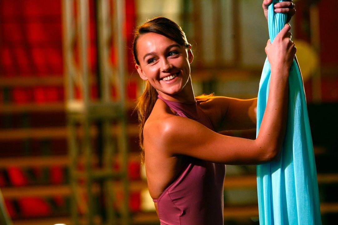 """Rückblende: Die junge Akrobatin Mia Romanov (Sharni Vinson) studiert ihre neue Nummer als """"menschlicher Schmetterling"""" ein. - Bildquelle: Warner Bros. Television"""