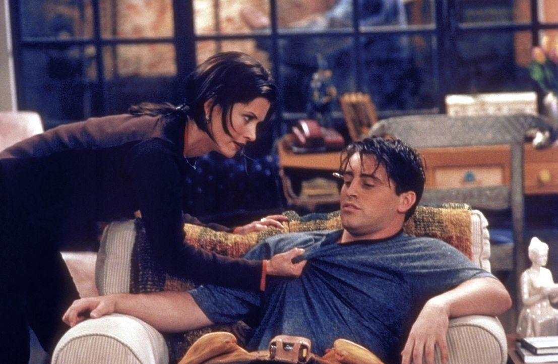 Monica (Courteney Cox, l.) ist ziemlich wütend auf Joey (Matt LeBlanc, r.) ... - Bildquelle: TM+  2000 WARNER BROS.