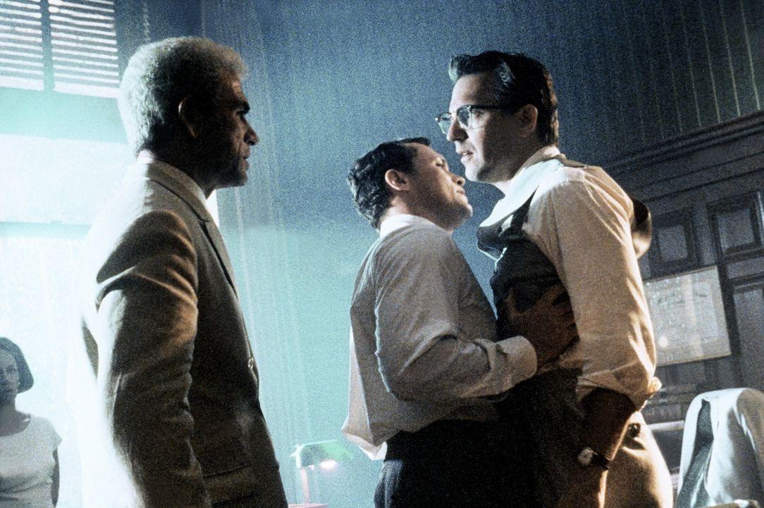 Staatsanwalt Jim Garrison (Kevin Costner, r.) wird davon abgehalten auf Clay Shaw (Tommy Lee Jones, l.) loszugehen ... - Bildquelle: Warner Bros.