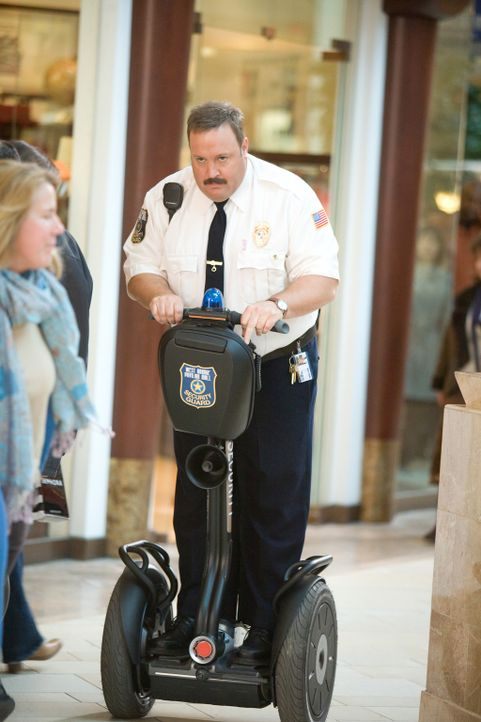 Um das Gefühl zu haben, etwas für die öffentliche Sicherheit tun zu können, nimmt Paul Blart (Kevin James) einen Job als Wachmann im örtlichen Einka... - Bildquelle: 2009 Columbia Pictures Industries, Inc. and Beverly Blvd LLC. All Rights Reserved.