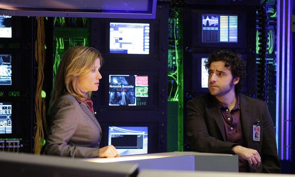 Jane Karellen (Nancy Travis, l.), die Chefin von DARPA, lässt Don in die Bücher blicken, nachdem Charlie (David Krumholtz, r.) ihr bewiesen hat, d... - Bildquelle: Paramount Network Television