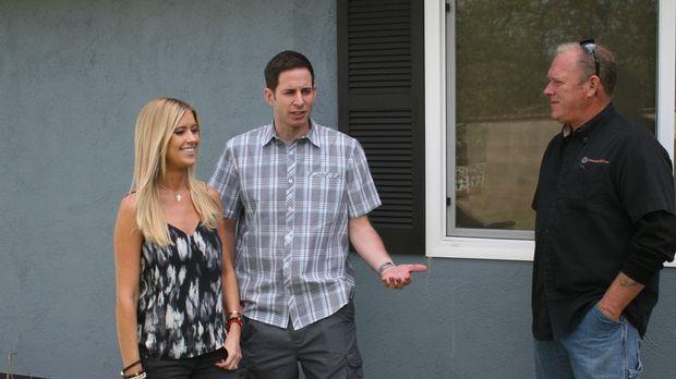 Christina (l.) und Tarek (r.) besichtigen ein vielversprechendes Haus in Sant...