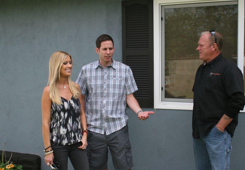 Christina (l.) und Tarek (r.) besichtigen ein vielversprechendes Haus in Santa Ana. Doch um sich nicht vom ersten guten Eindruck täuschen zu lassen,... - Bildquelle: 2015,HGTV/Scripps Networks, LLC. All Rights Reserved