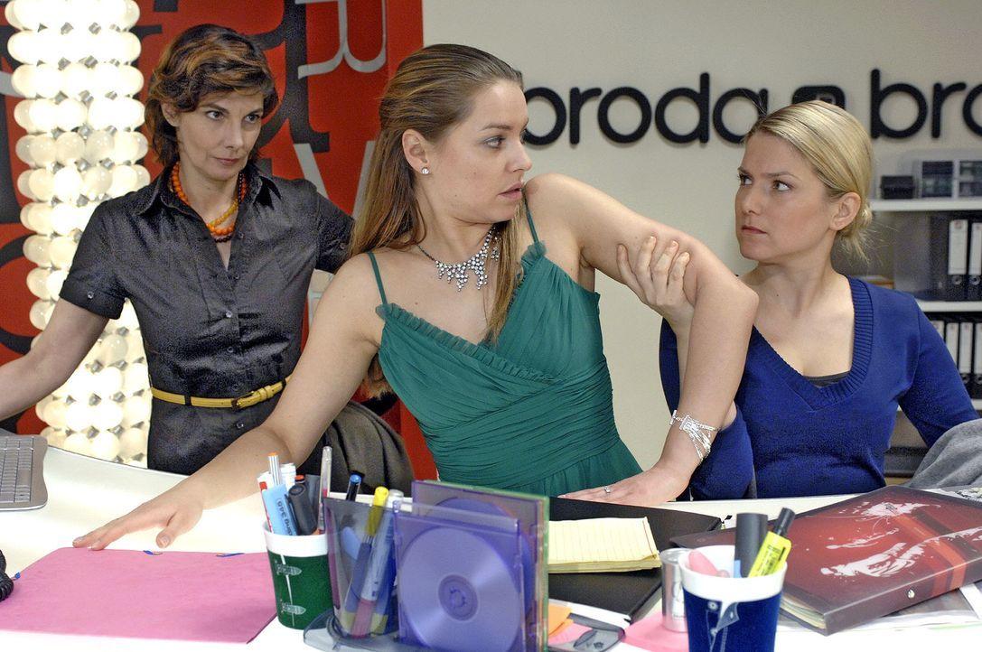 Anna stellt Katja wegen der Kontaktanzeige zur Rede...  v.l.n.r.: Steffi (Karin Kienzer), Katja (Karolina Lodyga), Anna (Jeanette Biedermann) - Bildquelle: Oliver Ziebe Sat.1