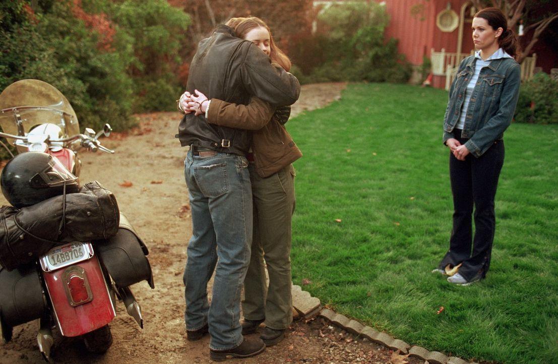 Rory (Alexis Bledel, M.) ist begeistert, als ihr Vater Christopher (David Sutcliffe, l.) unerwartet in Stars Hollow auftaucht. Doch bei Lorelei (Lau... - Bildquelle: 2000 Warner Bros.