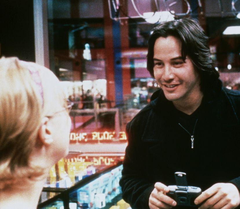 Als Campbells Nachbarin Ellie (Rebekah Louise Smith, l.) ermordet wird, ist ihm sofort bewusst, dass sein Serienkiller (Keanu Reeves, r.) erneut zug... - Bildquelle: Universal Pictures