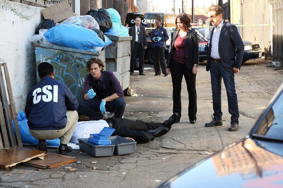 Ein neuer Serientäter hält das Team um Reid (Matthew Gray Gubler, 2.v.l.), Rossi (Joe Mantegna, r.) und Kate (Jennifer Love Hewitt, 2.v.r.) auf Trap... - Bildquelle: Michael Yarish ABC Studios