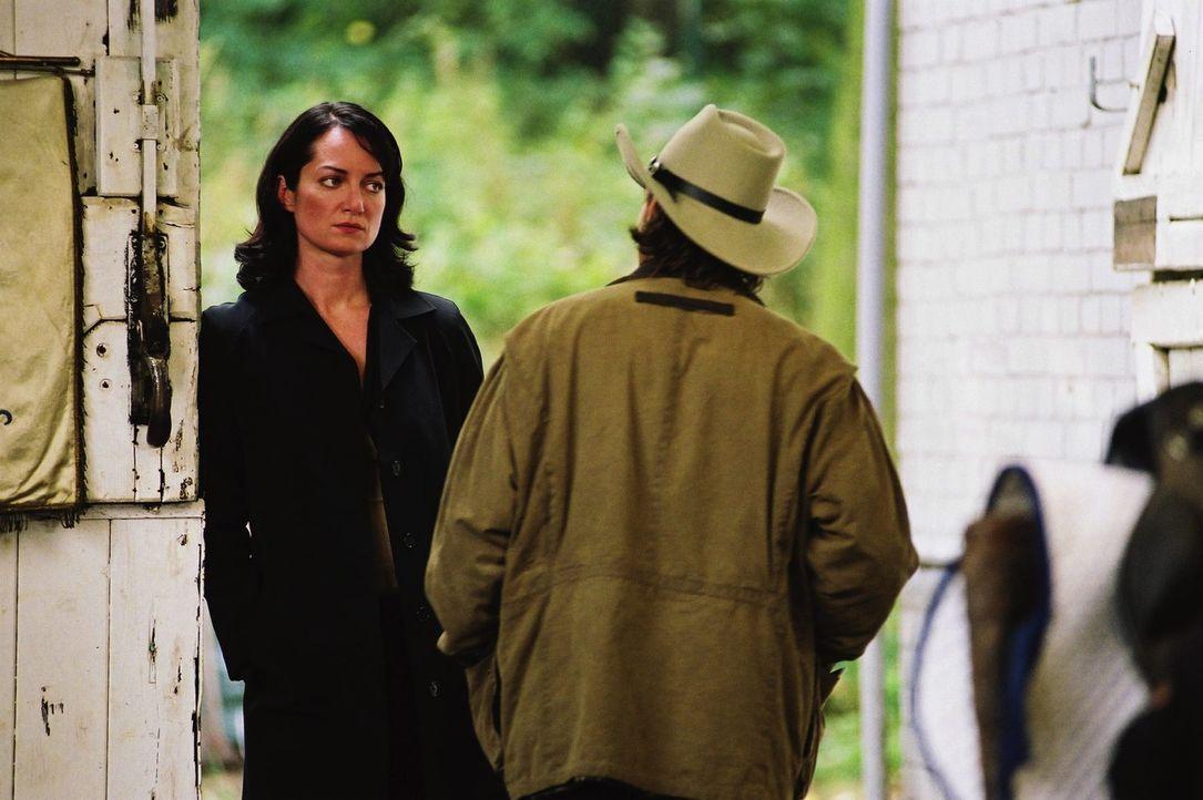 Katharina (Natalia Wörner, l.) ahnt, dass Greg (Robert Seeliger, r.) in Berlin nicht glücklich werden kann ... - Bildquelle: Sat.1