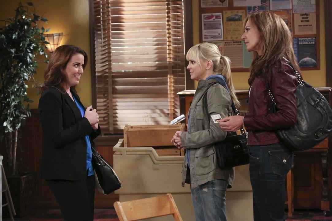 Beth (Crista Flanagan, l.) hat ein Haus mit einer ganz besonderen Vergangenheit für Bonnie (Allison Janney, r.) und Christy (Anna Faris, M.) gefunde... - Bildquelle: Warner Bros. Television