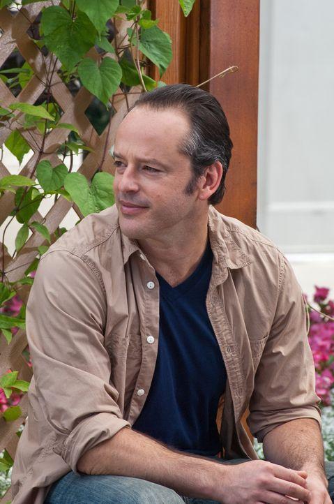 Die neu in die Stadt gezogene Sarah gefällt Danny (Gil Bellows). Er ahnt nicht, welches Geheimnis ihre Tochter verbirgt ... - Bildquelle: 2011 HATES, LLC.  All Rights Reserved.