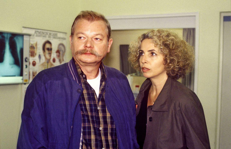 Nach dem tragischen Motorradunfall, bei dem Peter Gellert ums Leben kam, stellt Hajo Gellert (Dieter Montag, l.) seine Frau Susanne (Michaela May, r... - Bildquelle: Noreen Flynn Sat.1