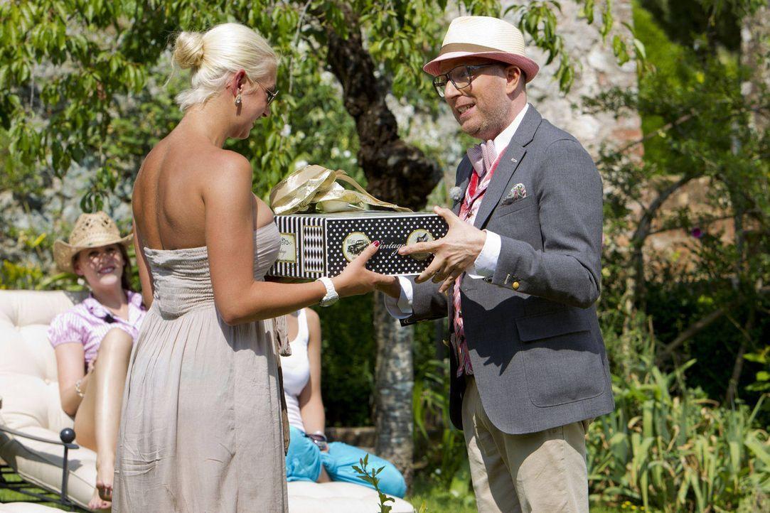 Thomas Rath (r.) überbringt Natalia (l.) ihr Kleid für das Einzeldate mit dem Millionär ... - Bildquelle: Richard Hübner ProSieben