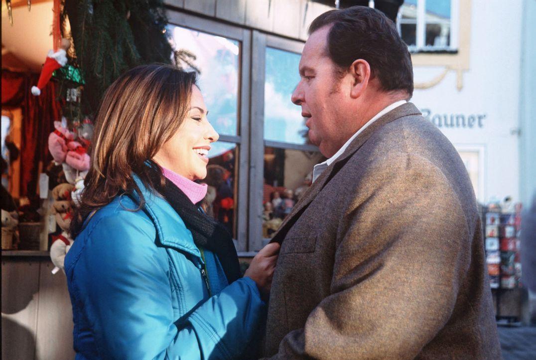 Nachdem Benno (Ottfried Fischer, r.) seine Kollegin Sabrina aus Ermittlungsgründen in die Bank geschickt hat, kann er sich ungestört Thea (Simone Th... - Bildquelle: Magdalena Mate Sat.1