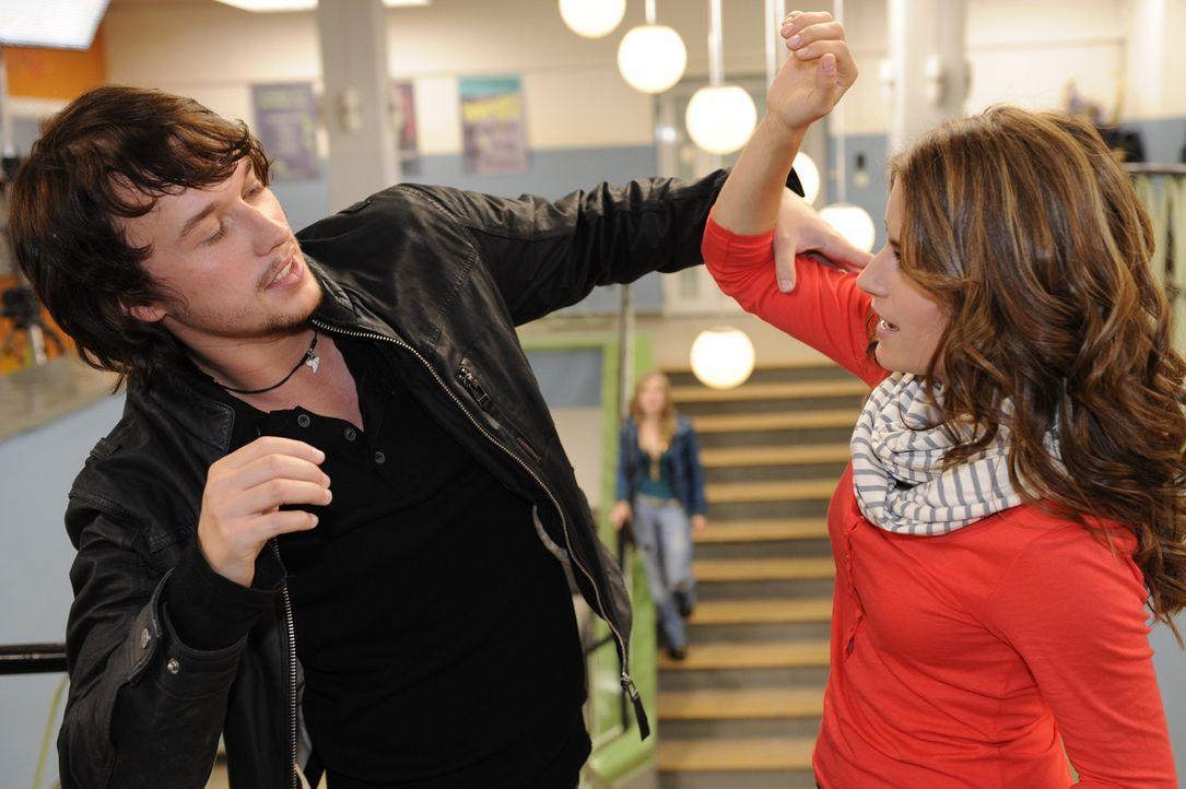 Geraten in Streit: Ben (Christopher Kohn, l.) und Bea (Vanessa Jung, r.) ... - Bildquelle: Christoph Assmann SAT.1