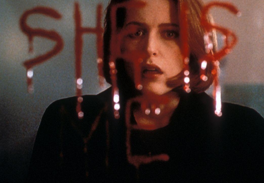 Als Scully (Gillian Anderson) die Worte im Spiegel liest, ist sie entsetzt ... - Bildquelle: TM +   2000 Twentieth Century Fox Film Corporation. All Rights Reserved.