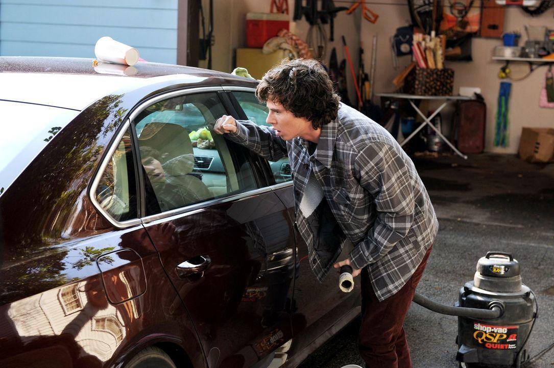 Frankie will sich im Leben auch mal etwas gönnen und borgt sich das neue Auto der Nachbarn für ein paar Touren, obwohl sie es eigentlich nur in dere... - Bildquelle: Warner Brothers