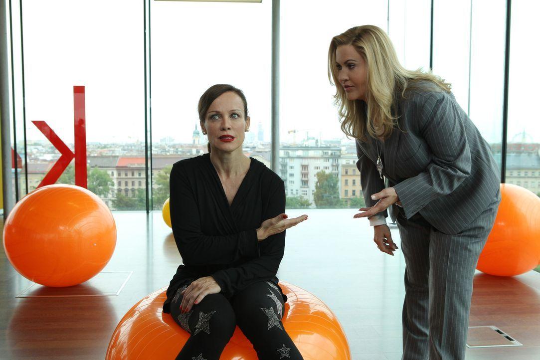 Simone Grashoff (Sonja Kirchberger, l.) kommt zum Überraschungsbesuch im Hotel Fitz vorbei. Eine Katastrophe für Jessica/Marie (Wolke Hegenbarth,... - Bildquelle: Petro Domenigg SAT.1