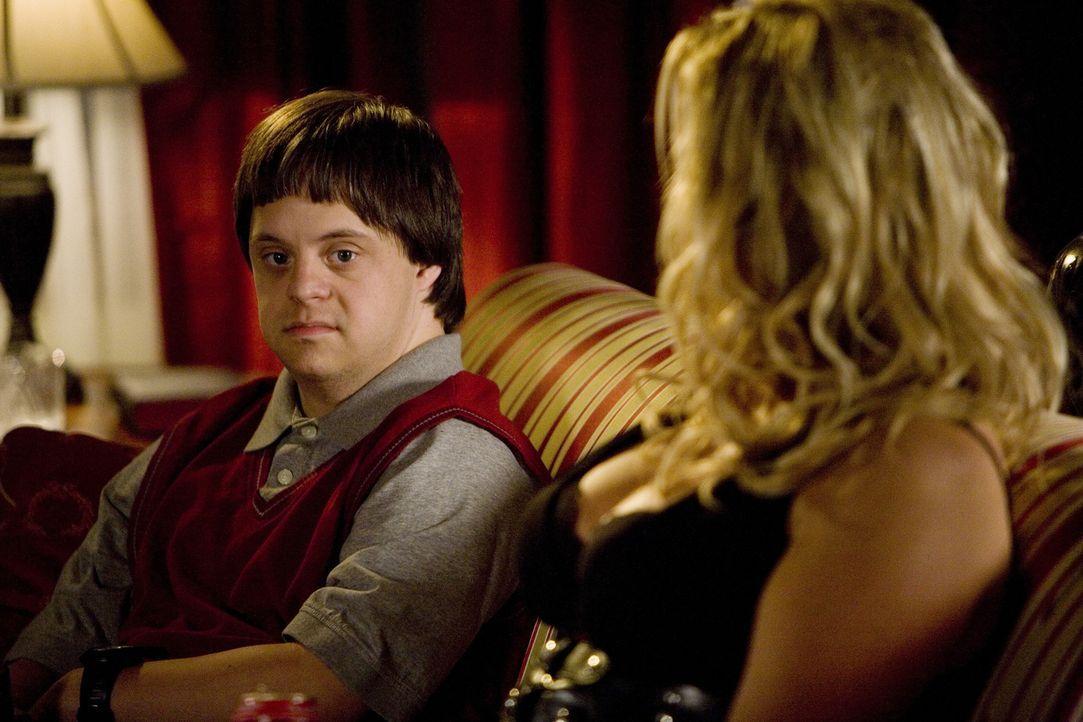 Tom (Luke Zimmerman, l.) bezahlt die Prostituierte Betty (Jennifer Coolidge, r.), damit er eine Freundin zum Reden hat... - Bildquelle: ABC Family