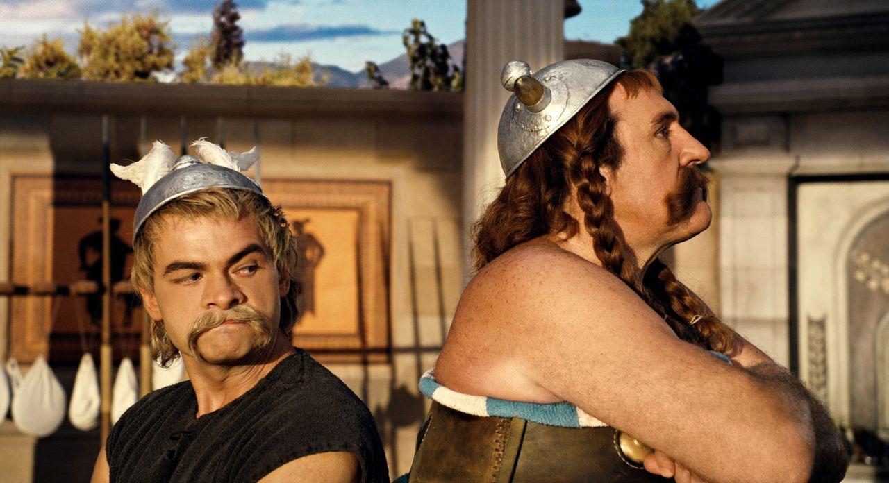 Zank zwischen Asterix (Clovis Conillac, l.) und Obelix (Gérard Depardieu, r.): Doch anlässlich der Olympischen Spiele müssen sie sich zusammenreißen... - Bildquelle: Constantin Film