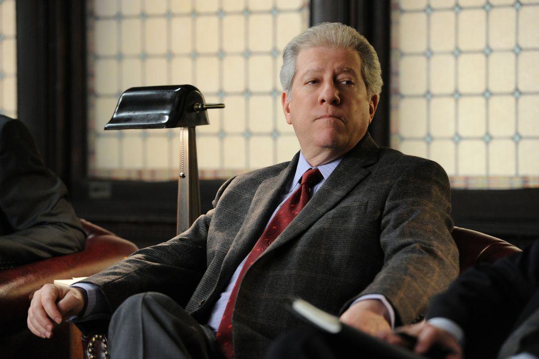 """Richter Harvey Winter (Peter Riegert) ist ein Mitglied des """"Blue Ribbon Panels"""", einer Expertenkommission, die eine Schießerei mit der Beteiligung... - Bildquelle: 2011 CBS Broadcasting Inc. All Rights Reserved."""