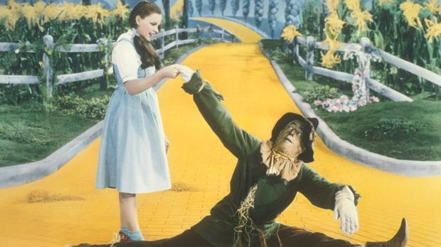 Freunden sich schnell an: Dorothy (Judy Garland, l.) und die Vogelscheuche (R...