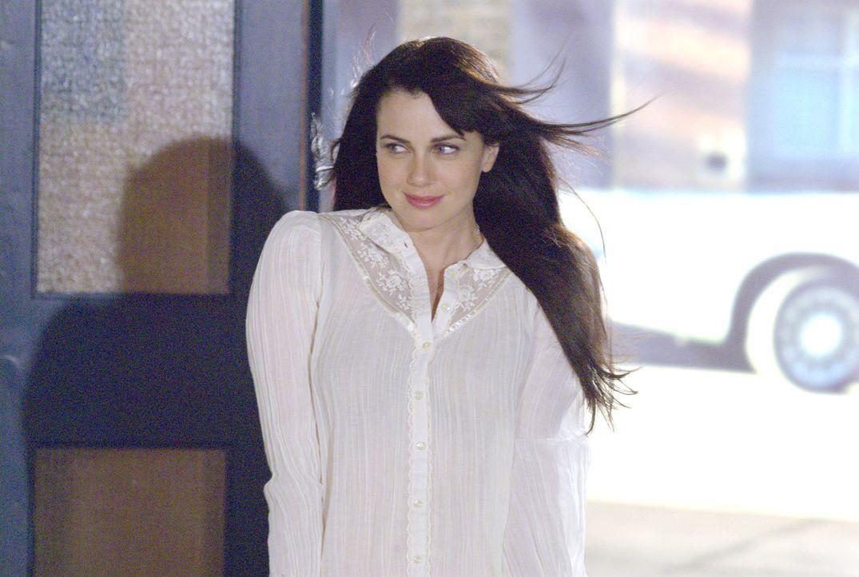 Zielperson Jenny (Mia Kirshner) hat den Raum betreten - welches Ergebnis wird die Untersuchung bringen? - Bildquelle: Metro-Goldwyn-Mayer Studios Inc. All Rights Reserved.