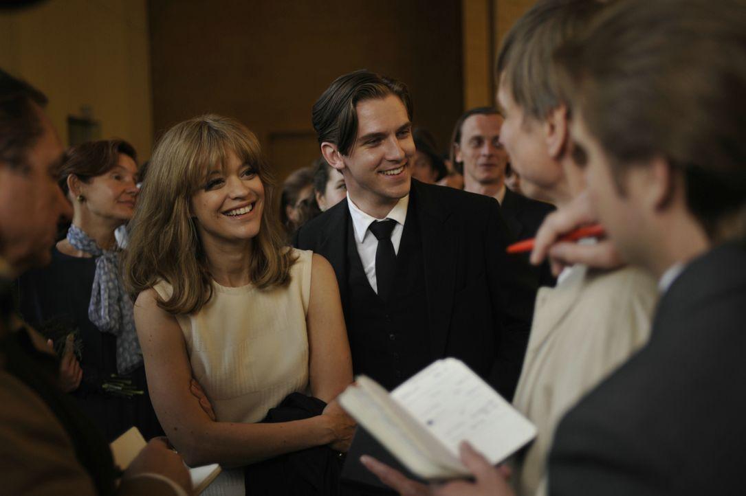 Hilde (Heike Makatsch, l.) und ihr Mann David Cameron (Dan Stevens, r.) werden in Berlin begeistert von der Presse empfangen. - Bildquelle: Warner Brother