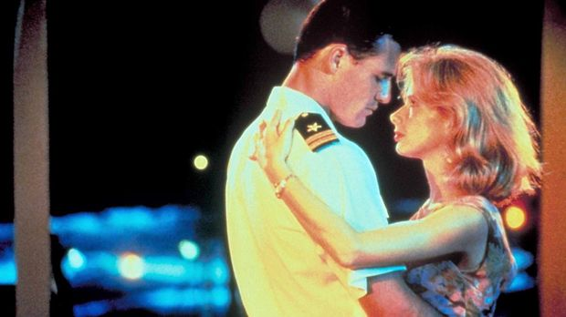 Liebe im Vietnamkrieg: Jake Grafton (Brad Johnson, l.) verabschiedet sich von...