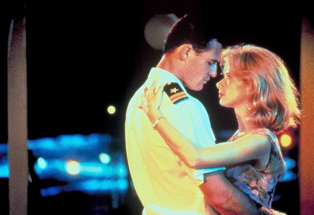 Liebe im Vietnamkrieg: Jake Grafton (Brad Johnson, l.) verabschiedet sich von Callie (Rosanna Arquette, r.), der Witwe eines Kameraden ... - Bildquelle: Paramount Pictures. All Rights Reserved.