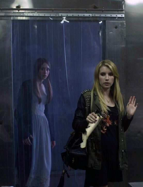 Weil Zoe (Taissa Farmiga, l.) den Tod von Kyle nicht hinnehmen will, macht Madison (Emma Roberts, r.) ihr ein sonderbares Angebot ... - Bildquelle: 2013-2014 Fox and its related entities. All rights reserved.