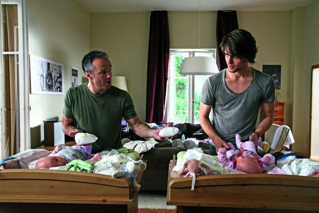 Konkurrenz verträgt Harald (Hannes Jaenicke, l.) leider gar nicht. Er hält an seiner Abmachung mit seiner Tochter fest: Die Babybetreuung übernim... - Bildquelle: SAT.1