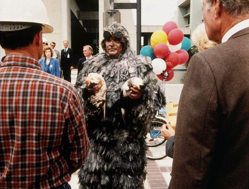Jonathan (Michael Landon, M.) hat einen spektakulären Auftritt: Als Vogelmensch verkleidet, mit den toten Tieren in der Hand will er die bedrohten B... - Bildquelle: Worldvision Enterprises, Inc.
