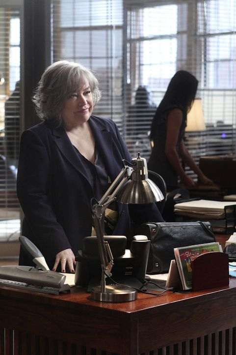 Wechselt den Bezirk und steigt mit ihren alten Leuten in eine neue Anwaltssozietät ein: Harry (Kathy Bates) ... - Bildquelle: Warner Bros. Television