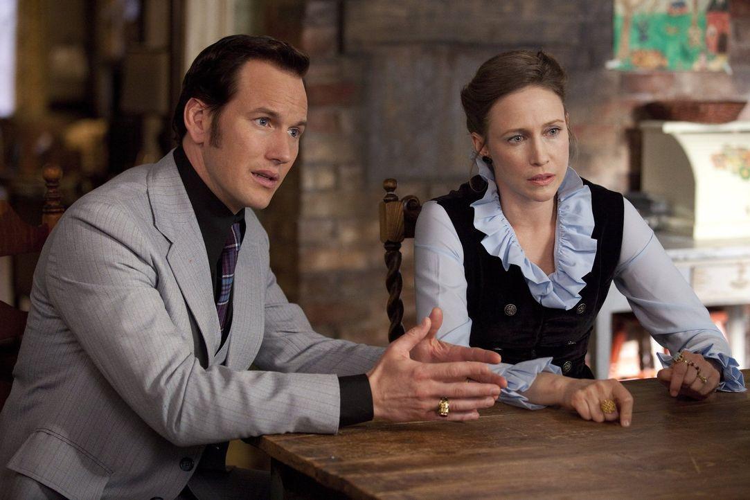 Die weltberühmten Psi-Experten Ed (Patrick Wilson, l.) und Lorraine Warren (Vera Farmiga, r.) wollen eine Geisteraustreibung vornehmen - und kommen... - Bildquelle: Warner Brothers