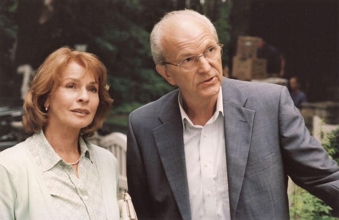 Wehmütig blickt Helga Forstmann (Senta Berger, l.) aufs alte Haus im Grünen zurück - zieht sie doch mit ihrem Mann Franz (Michael Gwisdek, r.) nach... - Bildquelle: Stefan Erhard Sat.1
