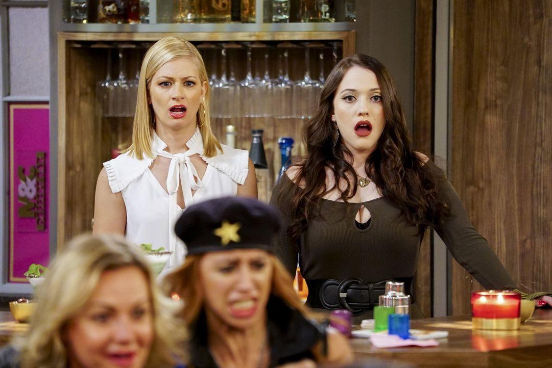 Caroline (Beth Behrs, l.) und Max (Kat Dennings, r.) müssen sich mit unliebsamen Kunden herumärgern, doch Max hat noch ganz andere Probleme, als ihr... - Bildquelle: Warner Bros. Television