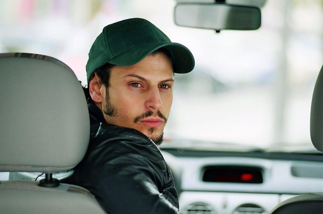 """In dem neu gegründeten Catering-Unternehmen """"Leicht & Schnell"""" findet auch Gus (Manuel Cortez) einen Arbeitsplatz als Fahrer. - Bildquelle: Hardy Spitz Sat.1"""