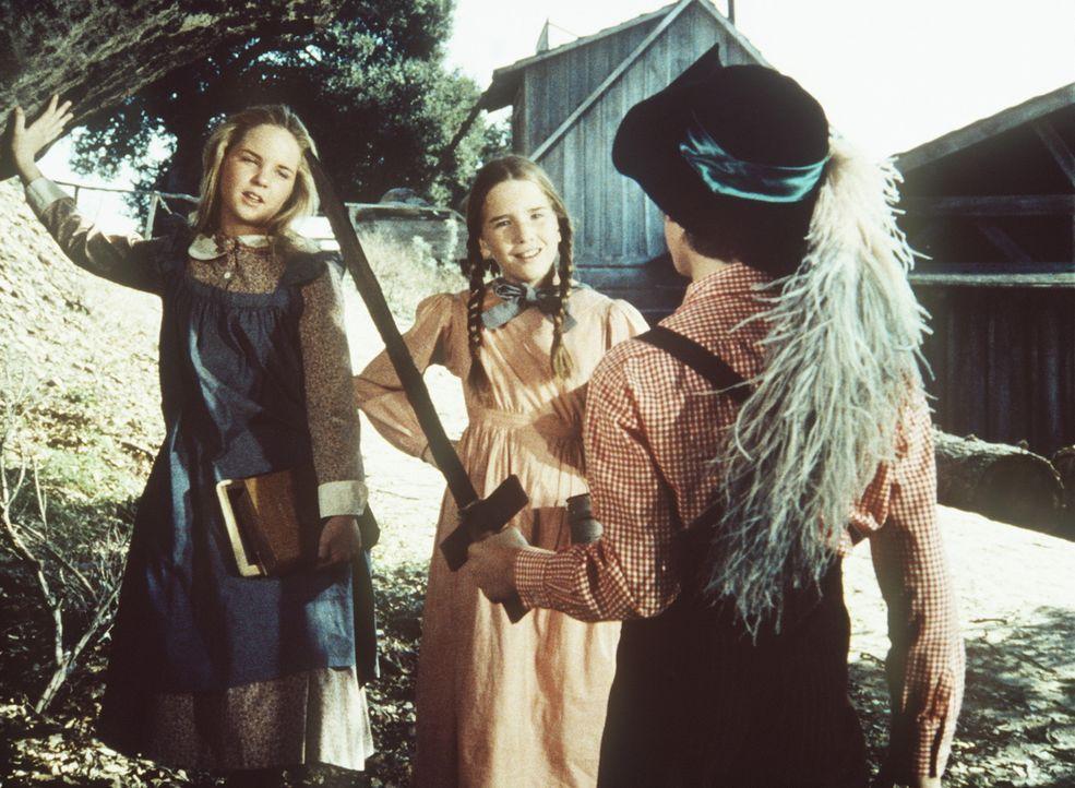 Mary (Melissa Sue Anderson, l.) und Laura (Melissa Gilbert, M.) begegnen Willie (Jonathan Gilbert, r.), der sich als Robin Hood verkleidet hat. - Bildquelle: Worldvision