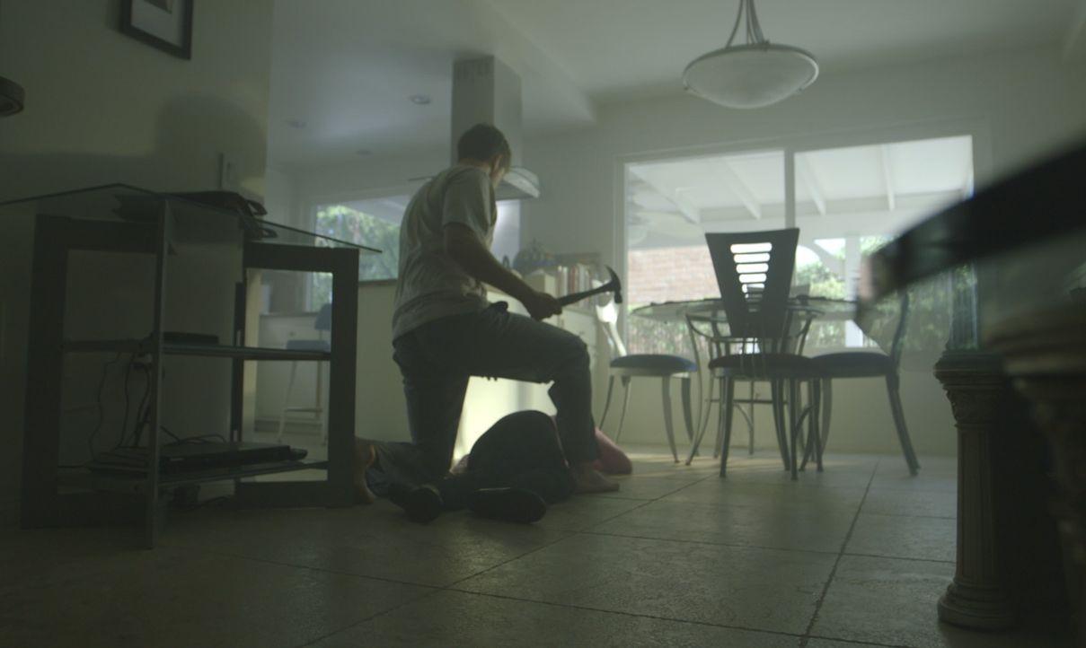 Warum tut er ihr das an? Mit einem Hammer tötet Joseph Roberts (Foto) kaltblütig Britany Tavar (auf dem Boden liegend) in ihrem Haus. - Bildquelle: LMNO Cable Group