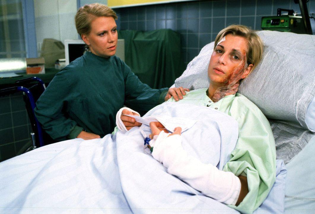 Doddy (Tina Bordihn, r.) wird nach ihrem schrecklichen Unfall nie wieder als Fotomodel arbeiten können und glaubt, dass nun ihr Leben nichts mehr we... - Bildquelle: Noreen Flynn Sat.1