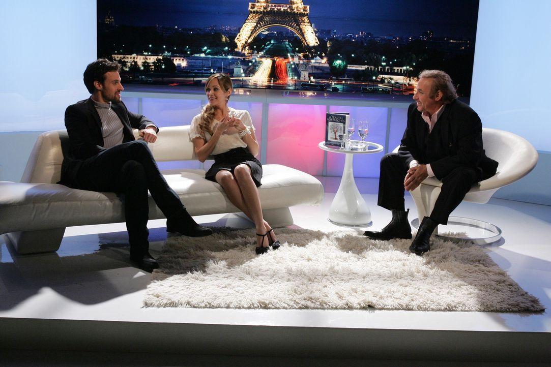 Taylor (Autumn Reeser, M.) und ihr Exmann Henri-Michel (Henri Lubatti, l.), nehmen gemeinsam an einer französischen Literatursendung teil ... - Bildquelle: Warner Bros. Television