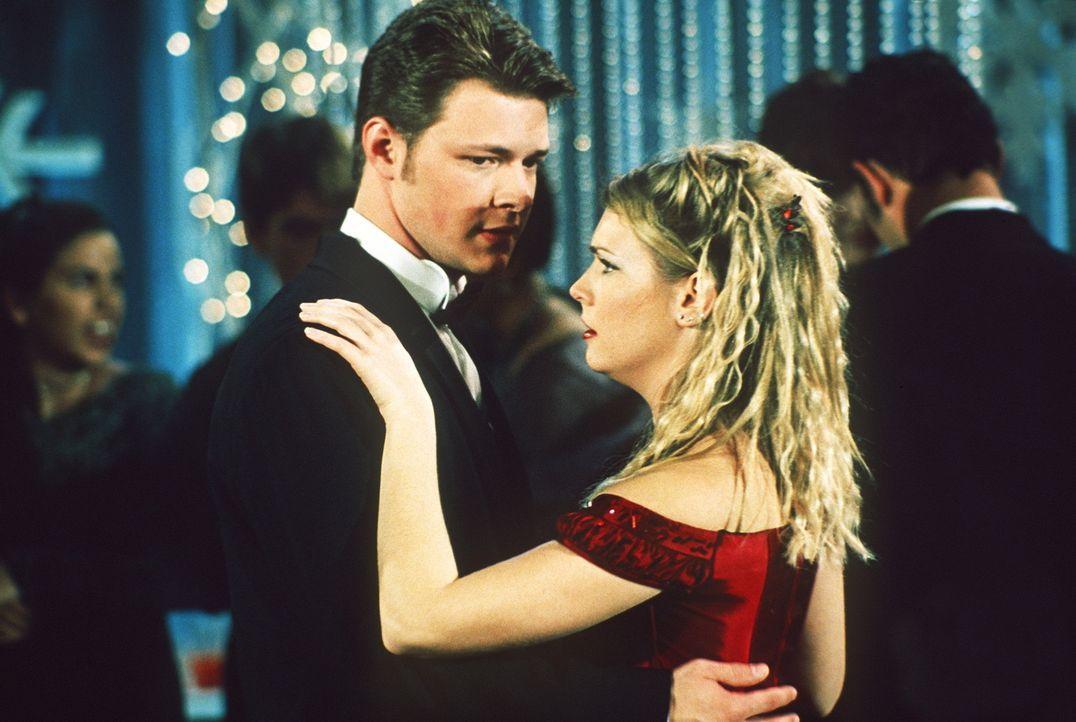Sabrina (Melissa Joan Hart, r.) will mit Harvey (Nate Richert, l.) König und Königin des Schneeflockenballs werden ... - Bildquelle: Paramount Pictures