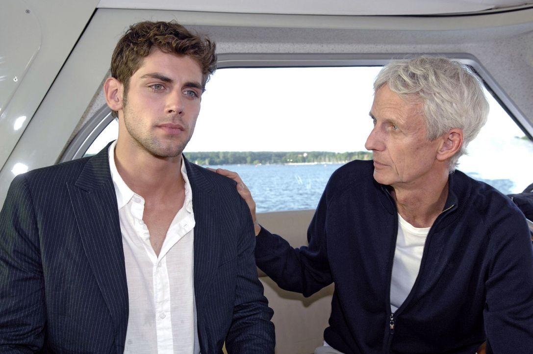 Robert (Mathieu Carrière, r.) versucht Jonas (Roy Peter Link, l.) aufzuhalten und bittet ihn, die Agentur nicht zu verlassen ... - Bildquelle: Claudius Pflug Sat.1