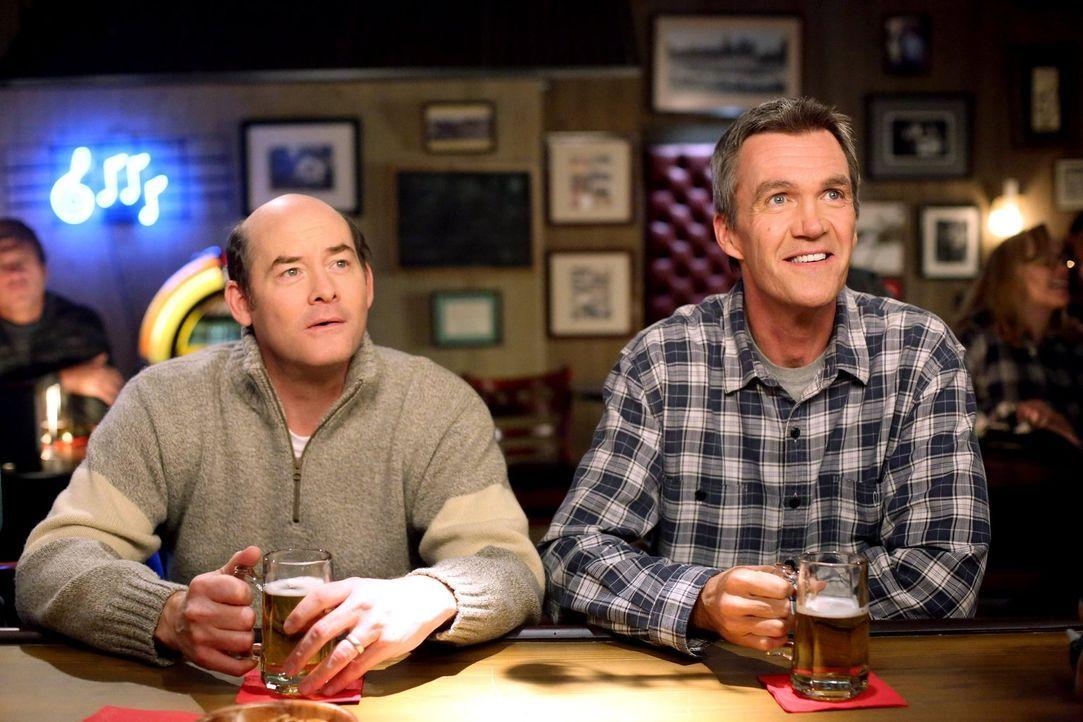 Frankie möchte, dass sich Mike (Neil Flynn, r.) mit dem neuen Nachbarn Jeff (David Koechner, l.) anfreundet und fädelt geschickt ein Treffen mit Jef... - Bildquelle: Warner Brothers