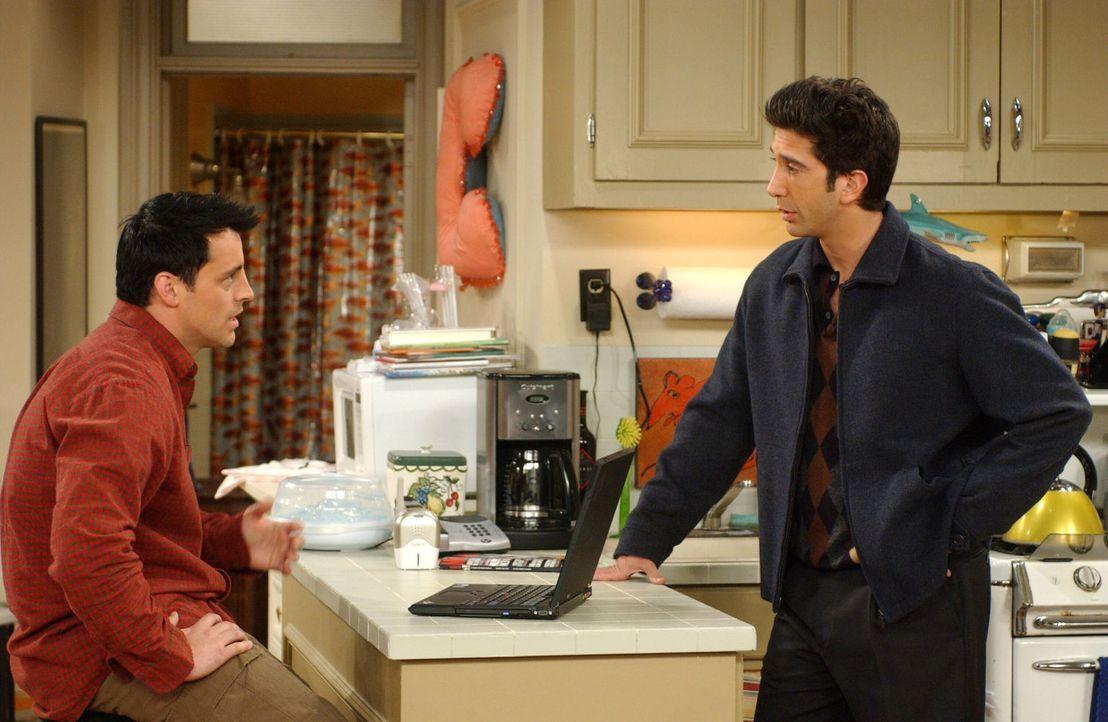 Während Ross (David Schwimmer, r.) sich über Rachels Schwester Amy ärgert, schreibt Joey (Matt LeBlanc, l.) ein Empfehlungsschreiben für die Adoptio... - Bildquelle: 2003 Warner Brothers International Television
