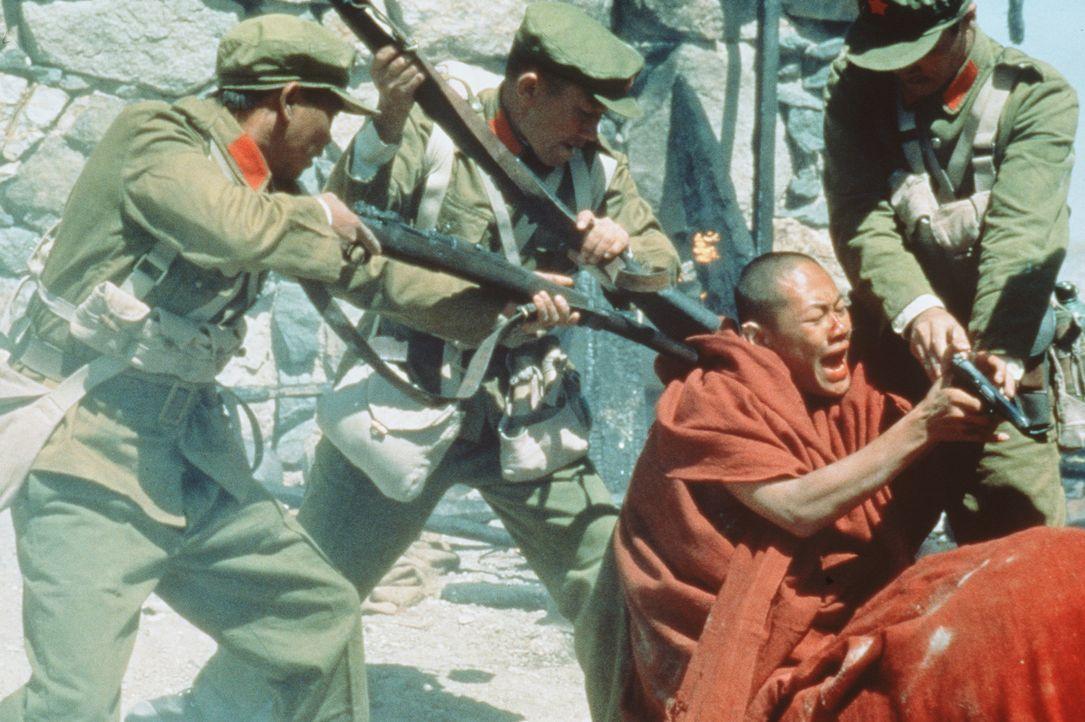 Mit größter Brutalität erobern die Chinesen das friedliche Tibet und zwingen den Dalai Lama ins Exil ... - Bildquelle: TriStar Pictures