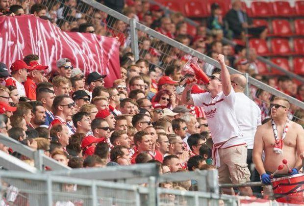 Schanzer Fans feiern den 4:0-Sieg über St. Pauli