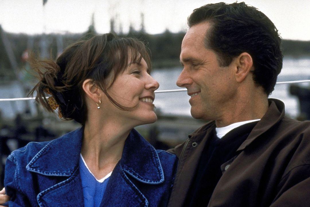 Joshs Mutter Jackie Framm (Cynthia Stevenson, l.) hat den schmerzlichen Tod ihres geliebten Mannes überwunden, und kann sich nun endlich ganz ihrem... - Bildquelle: Alliance